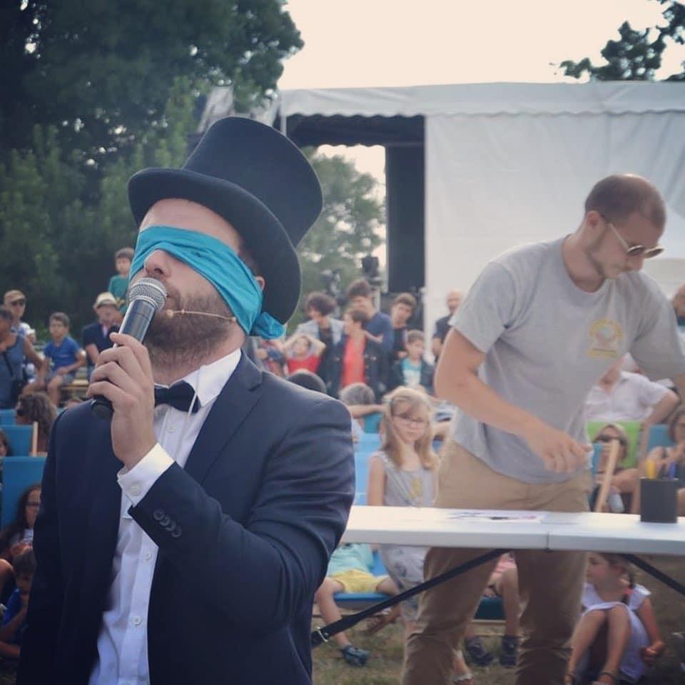 Spectacle de magie sur scène - chapeau - Hugo L Mago - Nantes