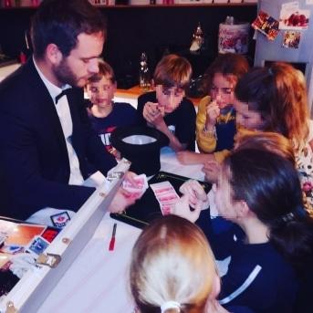 Spectacle de magie pour enfant - tours de cartes - Hugo L Mago - Nantes
