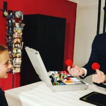 Spectacle de magie pour enfant - boules - Hugo L Mago - Nantes